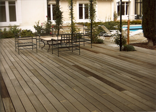 Terrasse bois réalisé dans le cadre d'un aménagement complet autour d'une piscine
